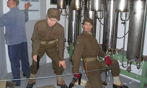 Hình nộm tái hiện nhóm đặc nhiệm Na Uy đặt thuốc nổ trong nhà máy Vemork. Ảnh: Wikipedia.