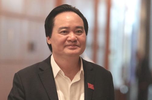 Bộ trưởng Giáo dục Phùng Xuân Nhạ bên hành lang Quốc hội trong ngày được lấy phiếu tín nhiệm, 25/10. Ảnh: Võ Hải