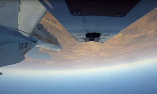 Chiếc Su-30M2 thực hiện động tác lộn nhào tránh tên lửa. Ảnh: Bộ Quốc phòng Nga.