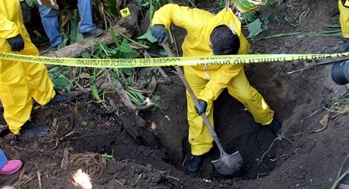 Nhà chức trách khai quật một hố chôn tập thể ở Xalisco, bang Nayarit, Mexico hồi tháng một. Ảnh: AP.