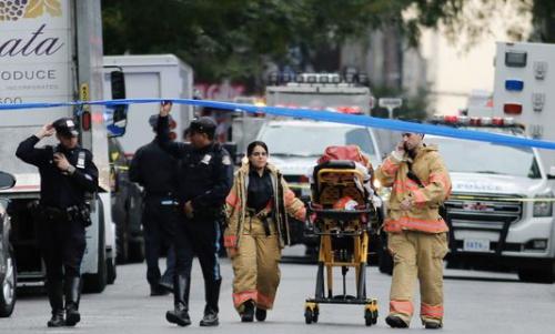 Cảnh sát và các lực lượng an ninh Mỹ xử lý gói bưu kiện ở Midtown Manhattan ngày 26/10. Ảnh: AFP.