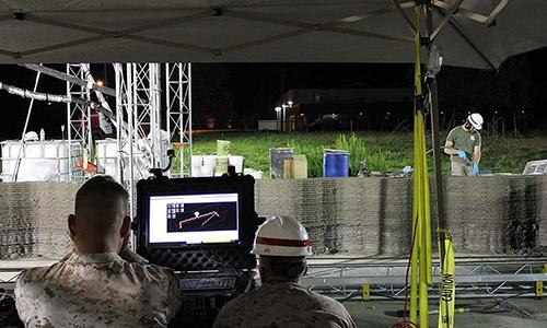 Binh sĩ thủy quân lục chiến Mỹ dùng máy in 3D xây doanh trại. Ảnh: MCSC.
