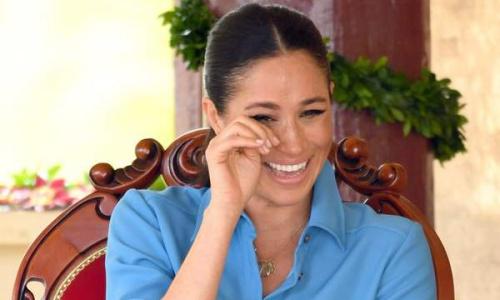 Vợ Hoàng tử Harry cười chảy nước mắt khi xem màn trình diễn ở Tonga. Ảnh: Standard.