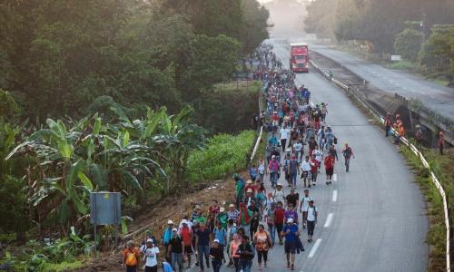 Dòng người di cư từ Mexico đến Mỹ hôm 24/10. Ảnh: AP.