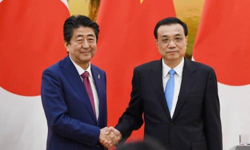Thủ tướng Trung Quốc Lý Khắc Cường, phải, đón Thủ tướng Nhật Bản Abe ngày 26/10 tại Bắc Kinh. Ảnh: AFP.