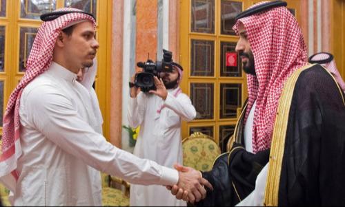 Salah Khashoggi (trái) bắt tay Thái tử Arab Saudi tại cung điện hoàng gia hôm 23/10. Ảnh: AFP.