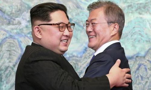 Lãnh đạo Triều Tiên Kim Jong-un (trái) và Tổng thống Hàn Quốc Moon Jae-in trong cuộc gặp hồi tháng 4. Ảnh: Reuters.