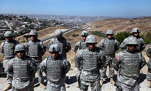 Binh sĩ thuộc lực lượng Vệ binh Quốc gia Mỹ tại biên giới Mỹ - Mexico. Ảnh: Sandy Huffaker.