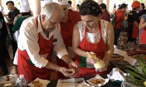 Phu nhân Phó thủ tướng Phạm Bình Minh cùng 30 gia đình ngoại giao vào bếp