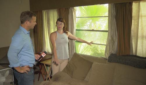 Monica Walley chỉ cho phóng viên vị trí viên đạn.