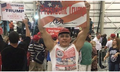 Cesar Sayoc xuất hiện tại một buổi vận động của Tổng thống Mỹ Donald Trump. Ảnh: Facebook.