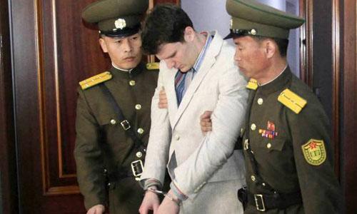 Otto Warmbier (giữa) bị đưa ra Tòa án Tối cao tại Bình Nhưỡng, Triều Tiên hồi tháng 3/2017. Ảnh: AP.