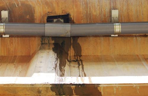 Một múi nối ống gom nước trên cầu Tam Kỳ vịtrí Km68+418 bắc qua con sông cùng tên thi công vị lệch. Ảnh: Sơn Thủy.