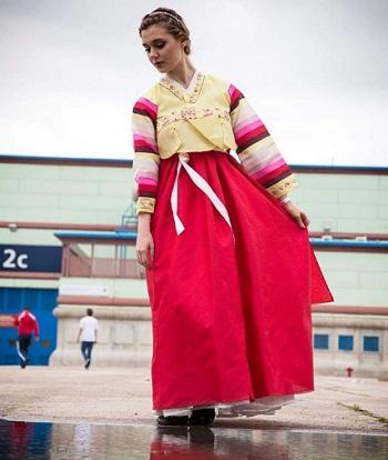 Benito mặc trang phục truyền thống Hàn Quốc. Ảnh: LaraLand