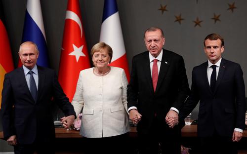 (Từ trái sang phải) Tổng thống Nga Vladimir Putin, Thủ tướng Đức Angela Merkel, Tổng thống Thổ Nhĩ Kỳ Recep Tayyip Erdogan và Tổng thống Pháp Emmanuel Macron tại cuộc họp ở Istanbul hôm qua. Ảnh: Reuters.