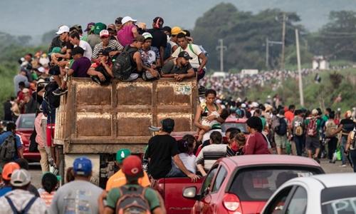 Đoàn di cư Honduras rờiArriaga để đếnSan Pedro Tapanatepec, nam Mexico ngày 27/10. Ảnh: AFP.