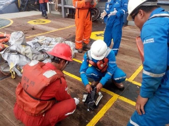 Mảnh vỡ, hành lý, điện thoại trôi nổi tại nơi máy bay Indonesia rơi