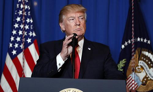 Tổng thống Trump phát biểu tại khu nghỉ dưỡng Mar-a-Lago, Palm Beach, bang Florida ngày 6/4/2017 sau khi chiến hạm Mỹ phóng tên lửa vào Syria. Ảnh: AP.