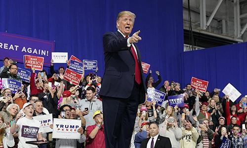 Tổng thống Trump phát biểu tại thành phố Moon, bang Pennsylvania ngày 10/3, những người ủng hộ ông giơ khẩu hiệu Đưa nước Mỹ vĩ đại trở lại. Ảnh: Reuters.