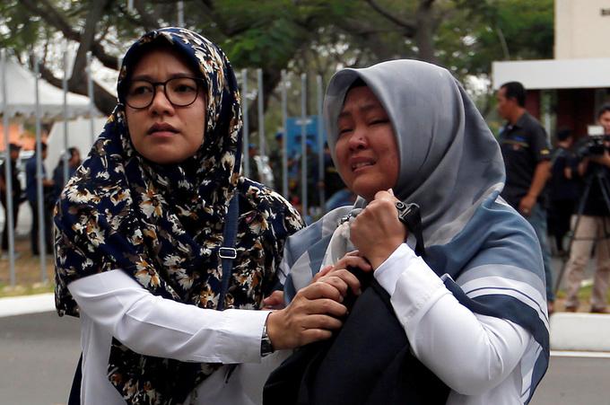 Thân nhân hành khách máy bay rơi ở Indonesia chờ tin trong nước mắt