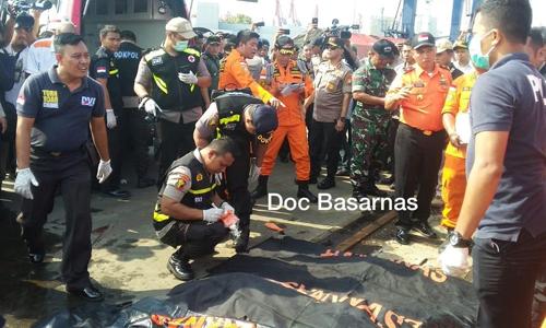 Túi đựng các mảnh thi thể tại cảng Tanjung Priuk. Ảnh: Basarnas.