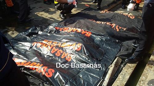 Các túi đựng thi thể nạn nhân tại cảng Tanjung Priuk. Ảnh: Reuters