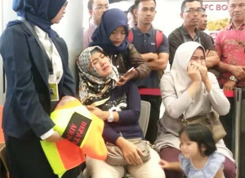 Người thân của hành khách trên chuyến bay số hiệu JT610 của Lion Air bật khóc tại sân bay Depati Amir ở Pangkal Pinang, Indonesia sau khi nghe tin máy bay gặp nạn. Ảnh: Reuters