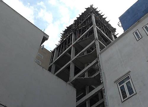 Công nhân rơi từ tầng bốn công trình xuống đất