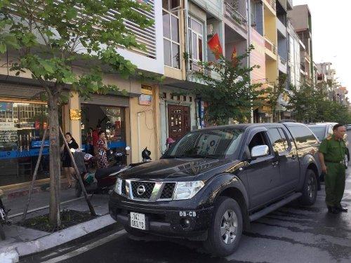 Chiếc xe ô tô bị phá kính ngay trước cửa ngân hàng ở Quảng Ninh. Ảnh: B.M