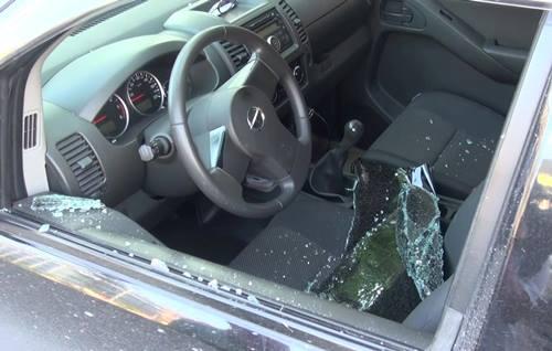 Cửa kính bên ghế lái bị phá vỡ. Ảnh: M.C