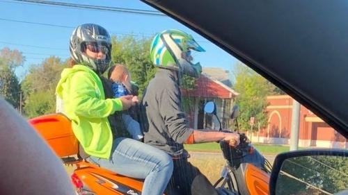 Cặp vợ chồng bị người qua đường chụp ảnh và báo cho cảnh sát. Ảnh: Daily Mail.