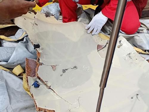 Một mảnh vỡ máy bay mà lực lượng cứu hộ thu thập được. Ảnh: Twitter