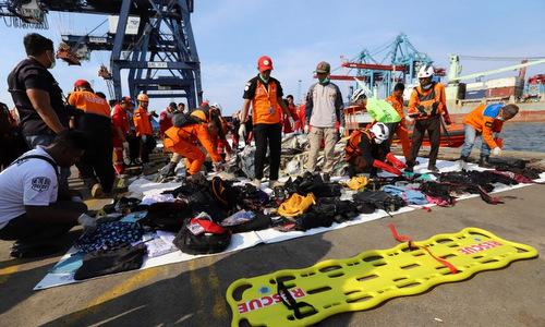 Lực lượng cứu hộ Indonesia sắp xếp các mảnh vỡ thu từ hiện trường rơi máy bay. Ảnh: AFP.