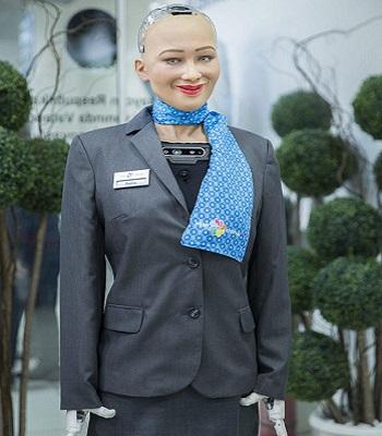 Sophia tươi cười khi tới sân bay. Ảnh: Forbes.