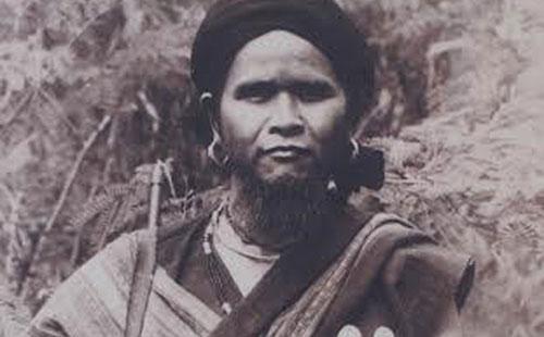 Đinh Núp(1914-1999) đượcChủ tịch nước Việt Nam Dân chủ Cộng hòa phong tặng danh hiệu Anh hùng lực lượng vũ trang nhân dân năm 1955. Ảnh tư liệu.