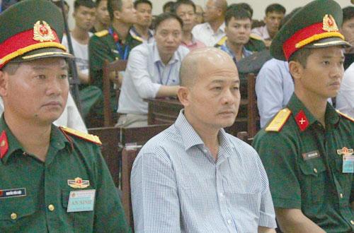 Ông Đinh Ngọc Hệ (ngồi giữa) tại phiên tòa sơ thẩm.