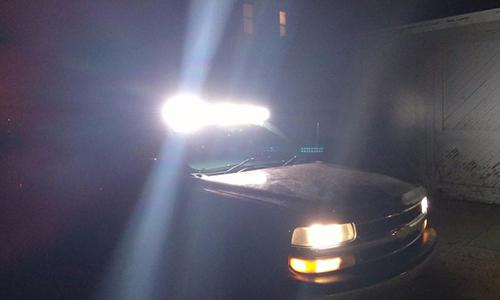 Đèn siêu sáng lắp trên mui xe. Ảnh: 4x4.