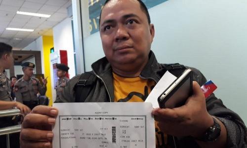 Sony Setiawan cùng tấm vé lên chuyến bay JT610 sáng 29/10. Ảnh: CNN.