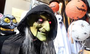 Khách Tây ngạc nhiên với không khí Halloween ở Hà Nội