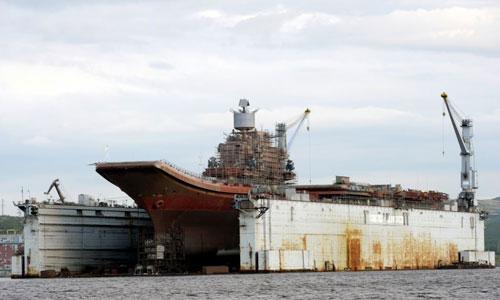 Tàu sân bay Đô đốc Kuznetsov trên ụ nổi trước khi gặp sự cố. Ảnh: TASS.