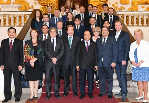 Thủ tướng Nguyễn Xuân Phúc chụp ảnh lưu niệm cùng đoàn Uỷ ban Nghề cá Nghị viện châu Âu. Ảnh: VGP.