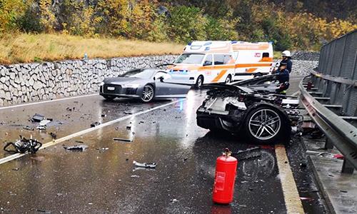 Hiện trường vụ tai nạn, chiếc Audi R8 bị gãy đôi.