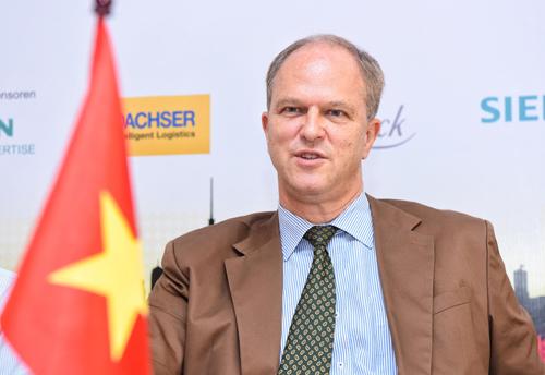 Đại sứ Đức tại Việt Nam Berger trong buổi họp báo sáng nay. Ảnh: Giang Huy.