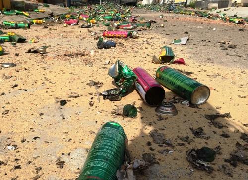 Nhiều chai thuốc xịt công trùng biến dạng sau vụ cháy. Ảnh: Thạch Thảo.