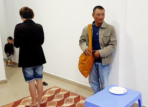 Dứt thực nghiệm lại hiện trường đánh tráo tiền khi nạn nhân đang quay mặt cúng. Ảnh: Khánh Hương.