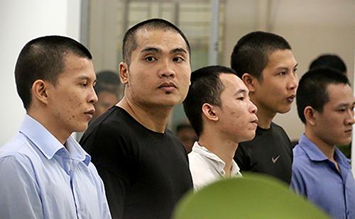 Luân (thứ hai bên trái) cùng bốn bị cáo tại phiên tòa. Ảnh: Xuân Ngọc