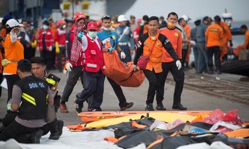 Đội cứu hộ di chuyển thi thể nạn nhân tại một cảng ở Jakarta ngày 31/10. Ảnh: AFP.