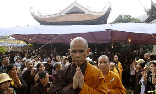 Thiền sư Thích Nhất Hạnh tại chùa Non Nước ở Sóc Sơn tháng 4/2007. Ảnh: Reuters.