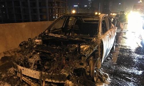 Xe Mazda cháy trơ khung ở đường trên cao Hà Nội