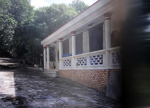Một căn nhà khác còn nguyên vẹn nằm sát tường rào. Ảnh: Nguyễn Đông.